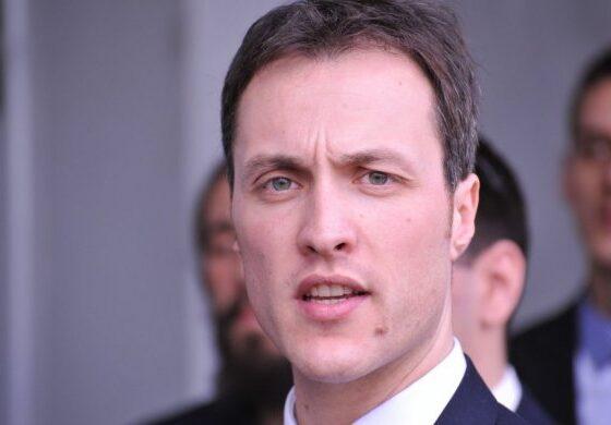 Црногорската полиција уапси политичар качен на автомобил (ВИДЕО)