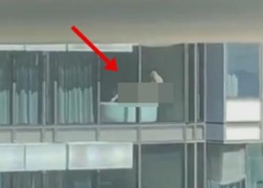 Имаа состанок додека вниманието им го одзеде с*ксот во соседната зграда (ВИДЕО)