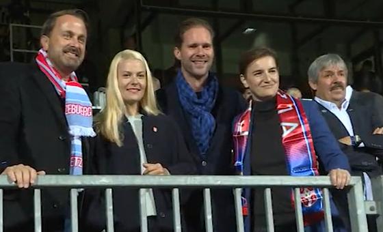 Премиерката на Србија со нејзината партнерка и премиерот на Луксембург со неговиот сопруг на фудбалски натпревар