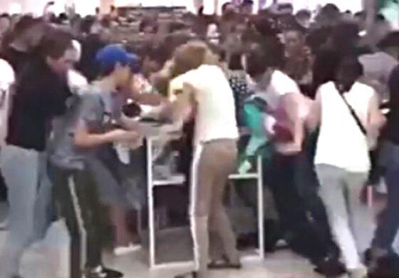 РАСПРОДАЖБА ВО РУСИЈА: Се тепаа за облека од една рубља (ВИДЕО)