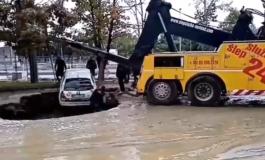 Автомобил пропадна во дупка направена од пукната водоводна цевка во Нови Сад (ВИДЕО)
