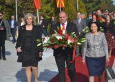 Свежо цвеќе на Спомен Костурница положија бројни делегации (ФОТО)
