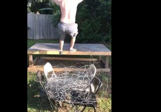 Скокна на бодликава жица за да ги импресионира девојките (ВИДЕО)