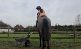 ЈА ШОКИРАШЕ БРИТАНИЈА: Девојка соблече се од себе и гола јаваше коњ поради кампања (ФОТО 18+)