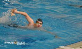 Дарио Јордановски е набрзиот пливач по крстот во кумановскиот градски базен (ФОТО)