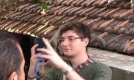 Сакаше да направи селфи со мајмунот, но ова не го очекуваше (ВИДЕО)