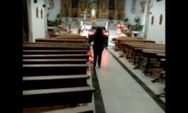 """Дилер со џип влета во црква, за да """"се сокрие од демони"""" (ВИДЕО)"""